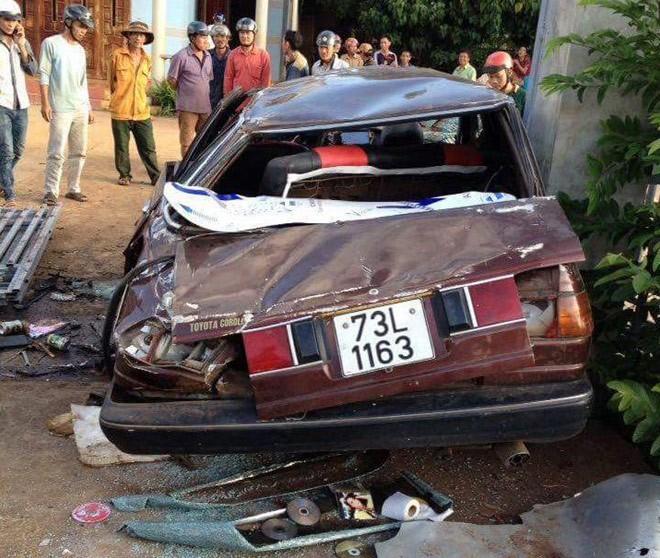 Chiếc xe hầu như đã bị hư hỏng nặng nề, bẹp dúm, rách nát và biến dạng hoàn toàn. 4.