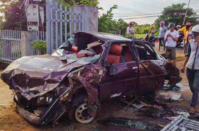 Hiện trường vụ tai nạn cho thấy sau cú va chạmchiếc xe đã bị hư hỏng rất nặng...