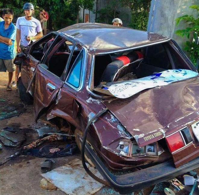 Chiếc xe hầu như đã bị hư hỏng nặng nề, bẹp dúm, rách nát và biến dạng hoàn toàn..