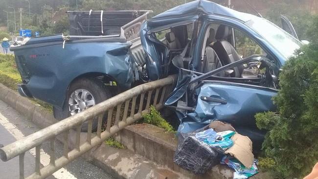 Lạ lùng Ford Ranger bị dải phân cách đâm xuyên khung.