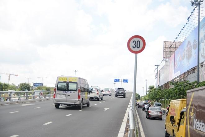 Biển báo hạn chế tốc độ trước sân bay Tân Sơn Nhất khiến nhiều tài xế bức xúc 1