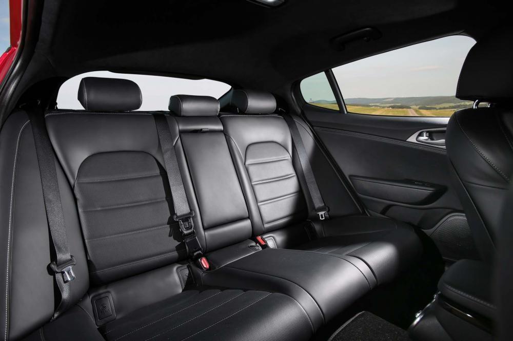 ghế sau Kia Stinger 2018 17