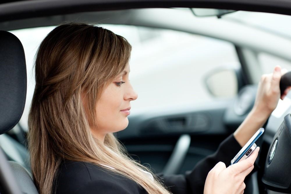 Nhiều tài xế sử dụng điện thoại khi lái xe .