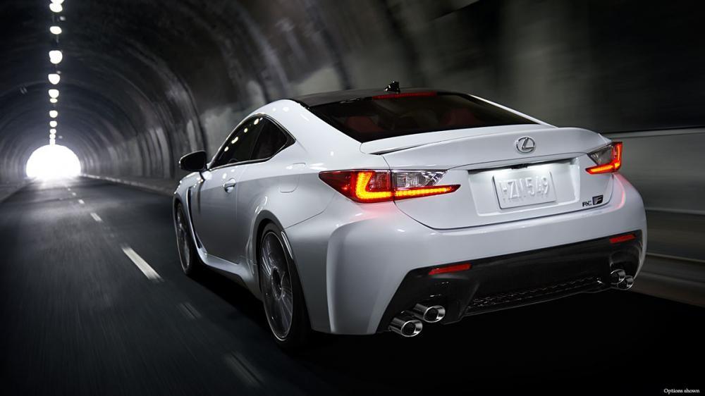 đuôi xe Lexus RC F màu trắng 7