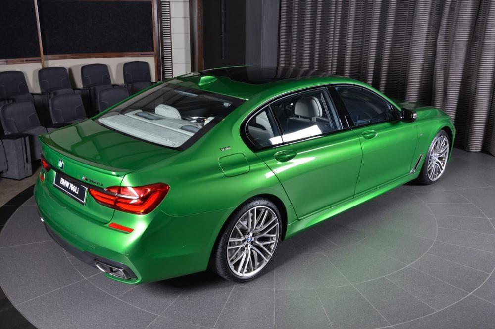 đuôi xe BMW M760Li Rallye Green 6