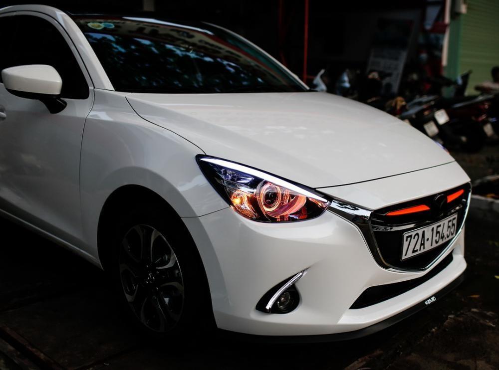 Một chiếc Mazda2 sedan độ đèn xenon.