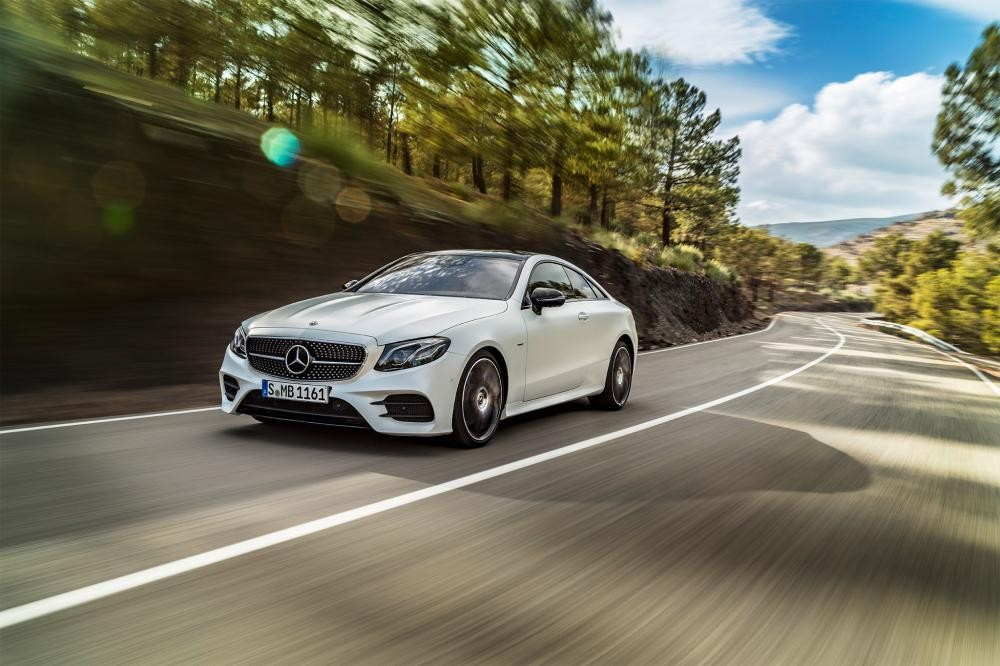 Mercedes E300 Coupe 2018 màu trắng trên đường chạy 9