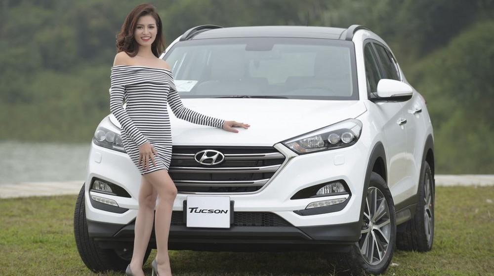 Người đẹp khoe dáng bên Hyundai Tucson 9