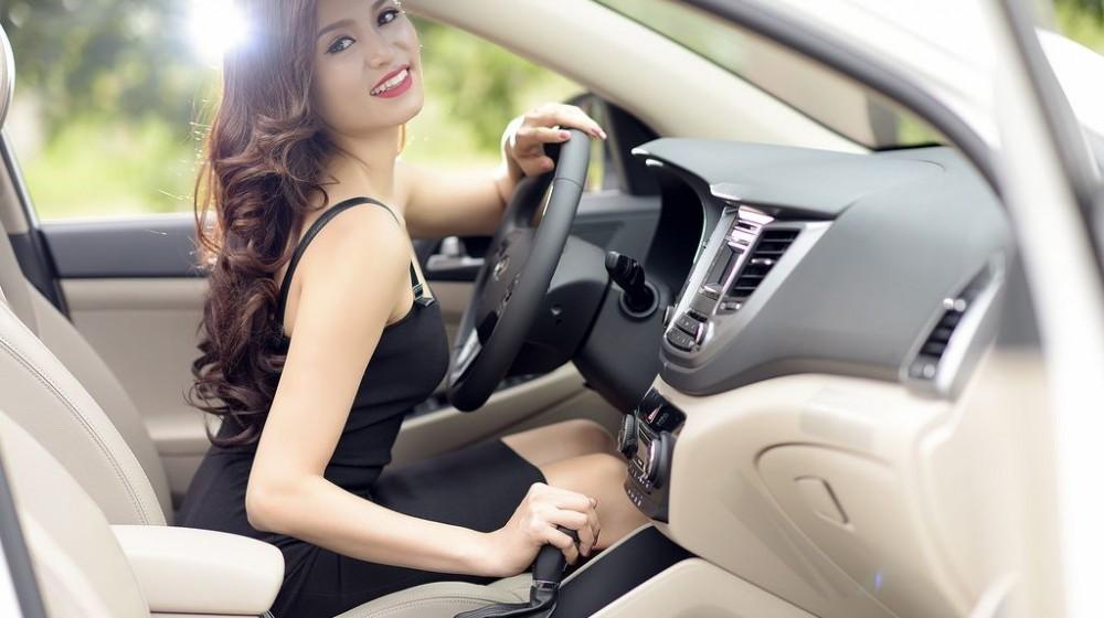 Người đẹp khoe dáng bên Hyundai Tucson 10