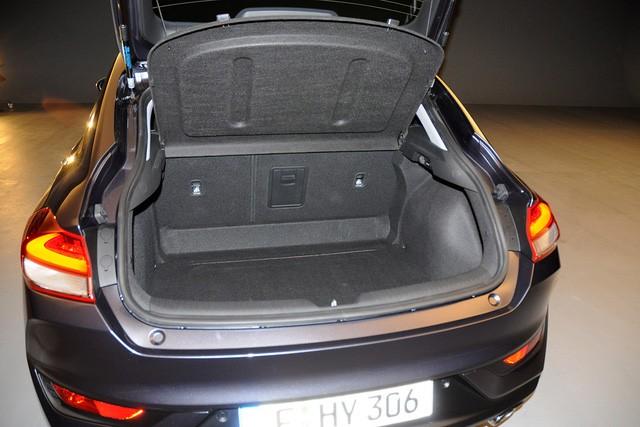 Dung tích khoang hành lý của Hyundai i30N 2018 là 381 lít