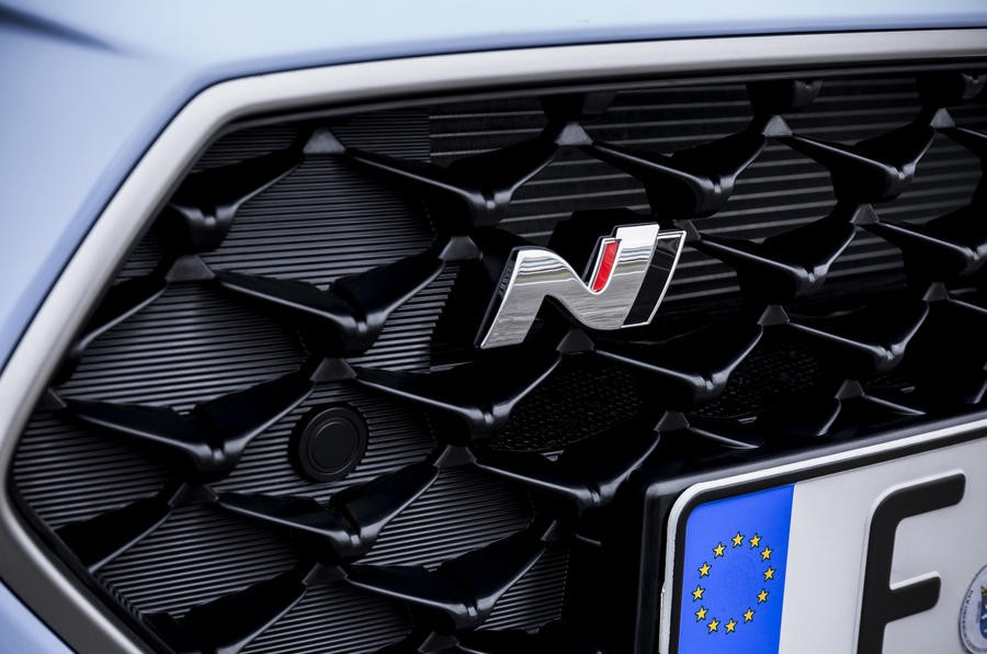 Đánh giá xe Hyundai i30N 2018 về thiết kế đầu xe: Lưới tản nhiệt Cascading Grille đặc trưng nhà Hyundai