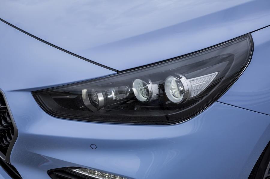 Đánh giá xe Hyundai i30N 2018 về thiết kế đầu xe: Đèn pha LED