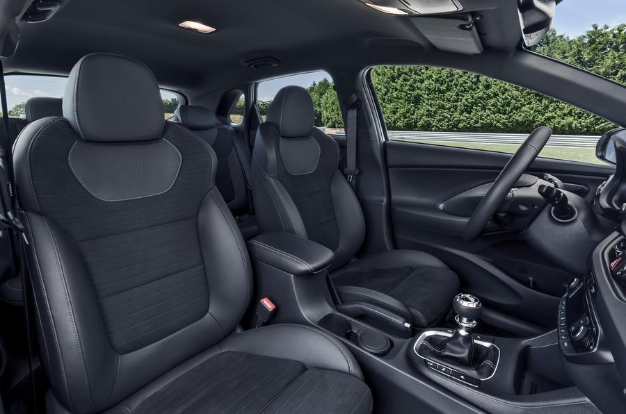 Đánh giá xe Hyundai i30N 2018 về thiết kế nội thất: Ghế ngồi có thiết kế rất thể thao