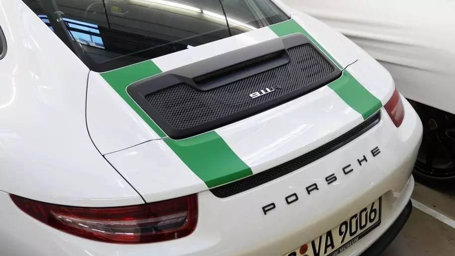 đuôi xe Porsche 4
