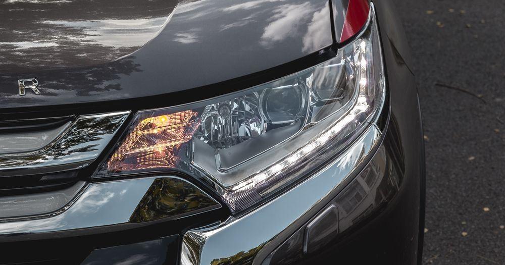 Cụm đèn pha của Mitsubishi Outlander 2017