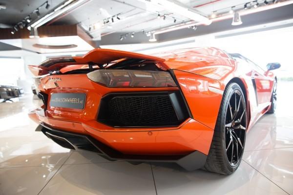 đuôi xe Lamborghini Aventador màu cam 7