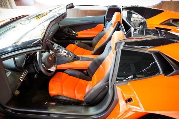 nội thất Lamborghini Aventador màu cam 9