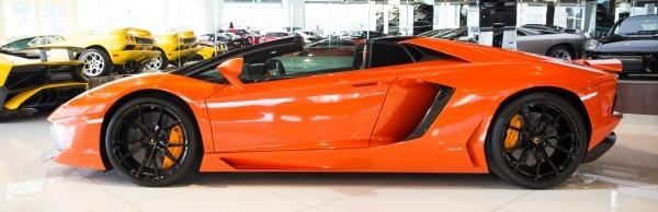 thân xe Lamborghini Aventador màu cam 6
