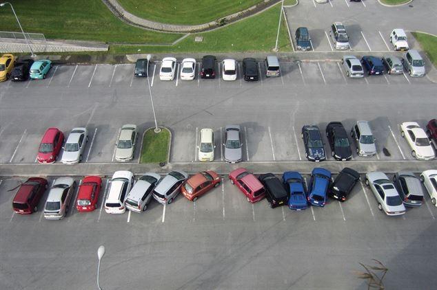 Muôn kiểu đỗ ô tô ngớ ngẩn 1