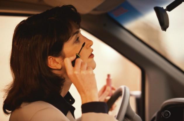 Nhìn chăm chú vào gương trong khi cạo râuhoặc trang điểm có nghĩa là bạn không nhìn đường