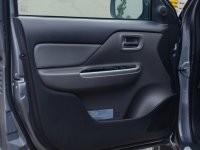 Cánh cửa xe ở ghế lái Mitsubishi Triton 2017
