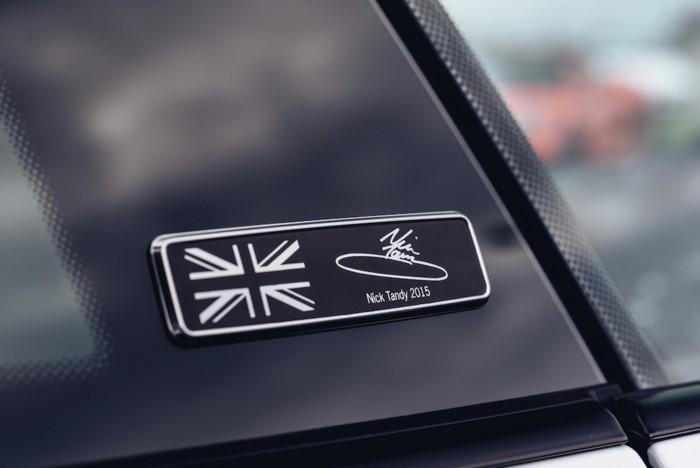 """Tên và chữ ký của tay đua trên Porsche 911 Carrera 4 GTS """"British Legends Edition"""""""