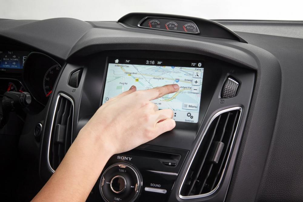 Bạn không nên quá thường xuyên để mắt tới hệ thống thông tin giải trí khi đang điều khiển xe