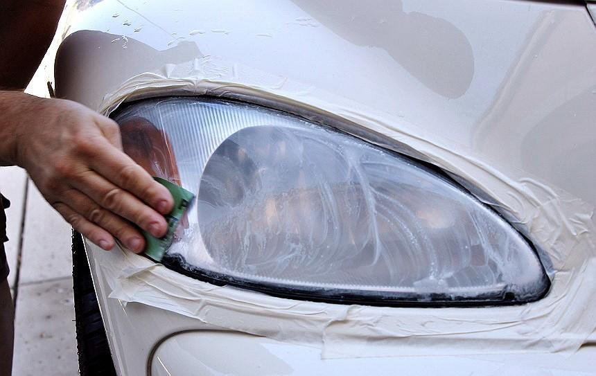 Dùng kem đánh răng để làm sạch đèn pha 1