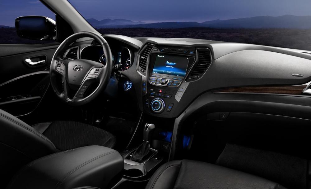 Nội thất của xe Hyundai SantaFe 2017 và Nissan X-Trail 2017