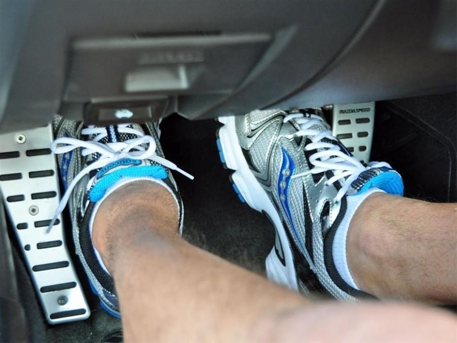 Các thao tác chân côn, ga, phanh cần nhịp nhàng.