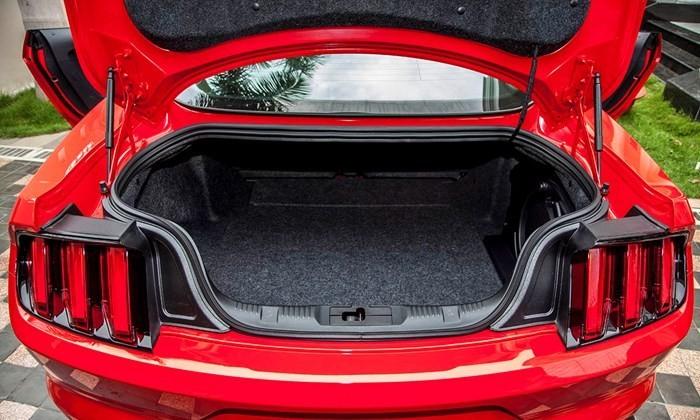 Khoang hành lý của Ford Mustang 2015