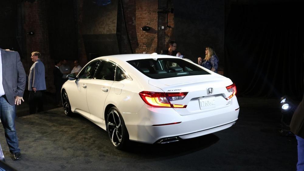 thiết kế đuôi xe của Honda Accord 2018 và Toyota Camry 2018