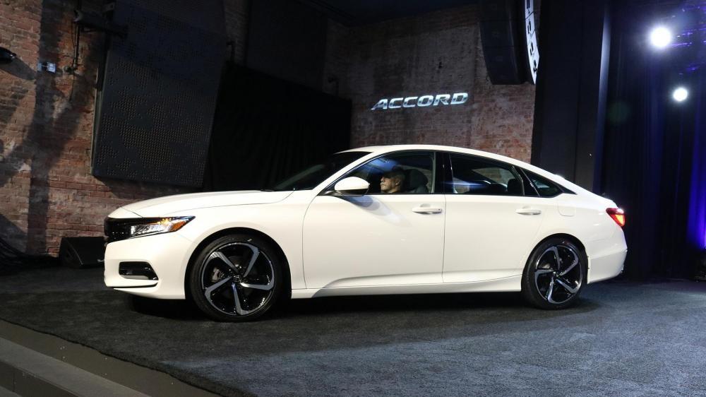 thiết kế thân xe của Honda Accord 2018 và Toyota Camry 2018