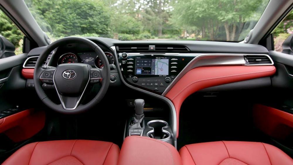 thiết kế nội thất của Honda Accord 2018 và Toyota Camry 2018