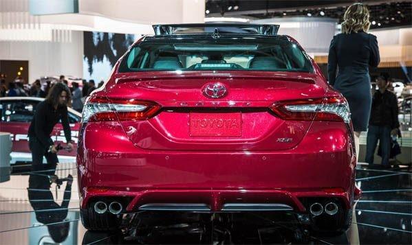 đuôi xe của Honda Accord 2018 và Toyota Camry 2018