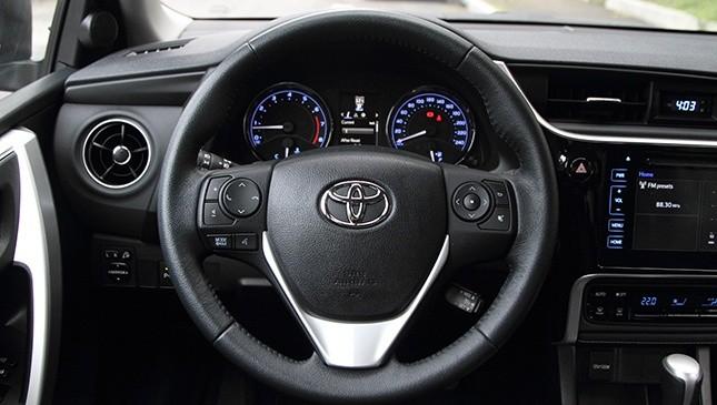 vô-lăng của Toyota Corolla Altis 2017 và Kia Cerato 2017