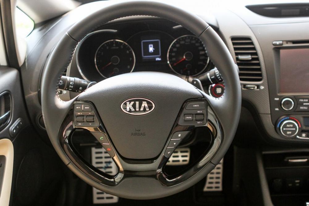 thiết kế vô-lăng của Toyota Corolla Altis 2017 và Kia Cerato 2017
