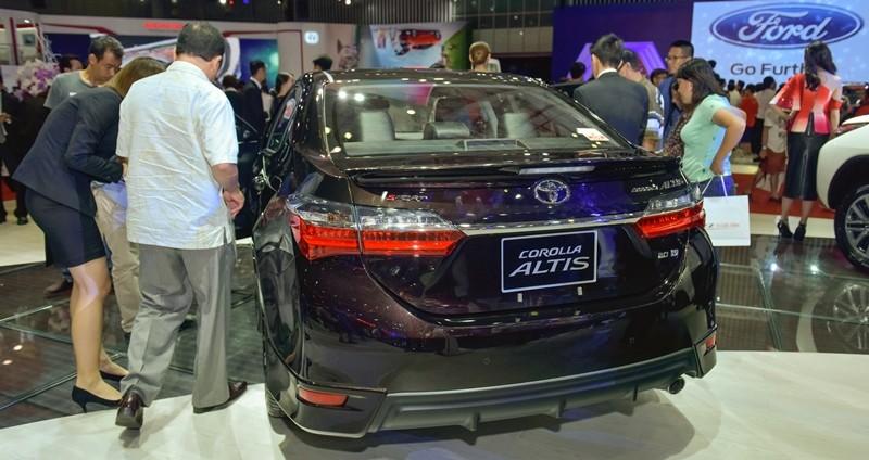 thiết kế đuôi xe Toyota Corolla Altis 2017 và Kia Cerato 2017
