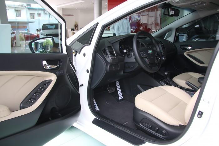 thiết kế ghế ngồi của Toyota Corolla Altis 2017 và Kia Cerato 2017