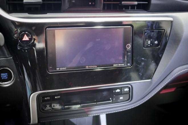 trang bị giải trí của Toyota Corolla Altis 2017 và Kia Cerato 2017