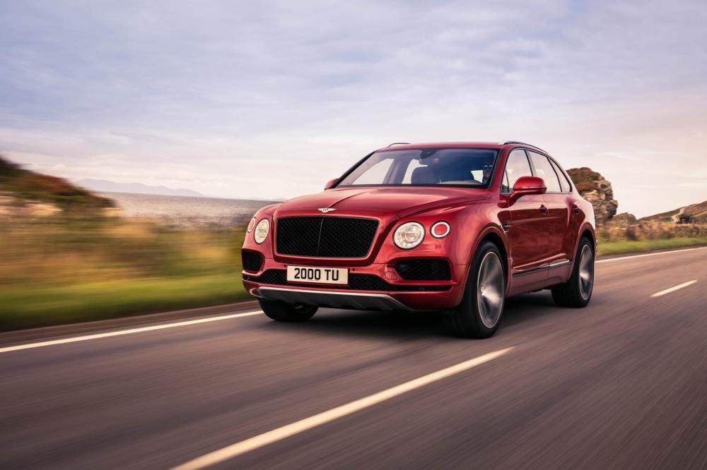 Bentley Bentayga V8 màu đỏ chạy trên đường