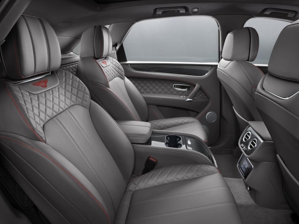 Hàng ghế sau bọc da toàn bộ của Bentley Bentayga V8