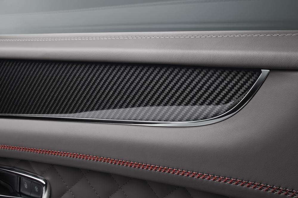 Chi tiết bằng sợi carbon trong Bentley Bentayga V8