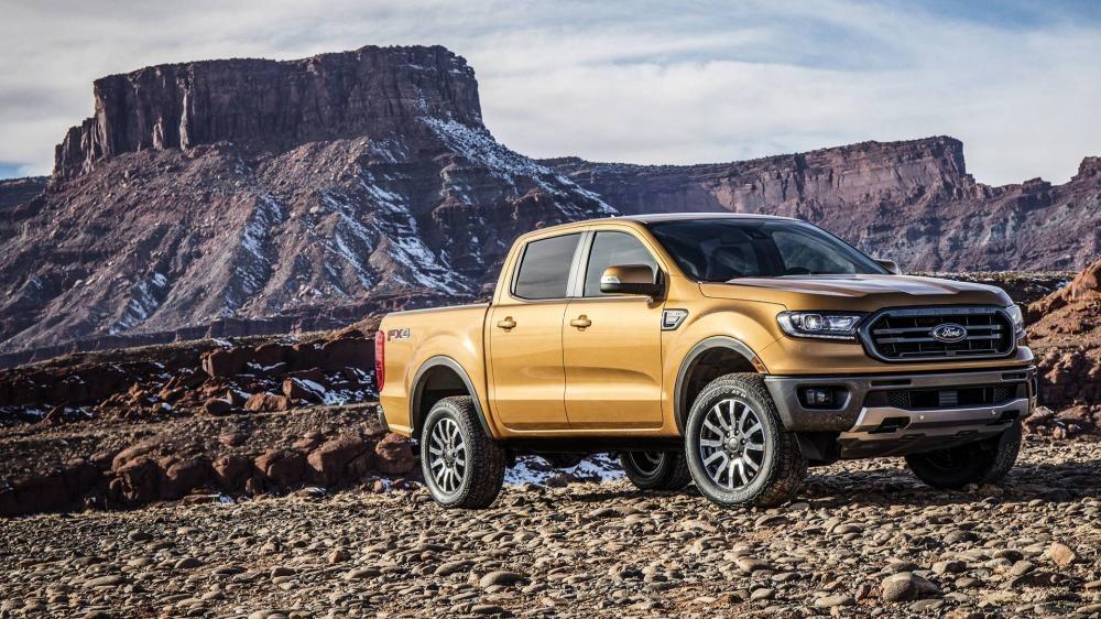 Ford Ranger 2019 đứng trên đường sỏi đá
