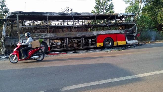 Xe khách chạy Tết bất ngờ bốc cháy trên quốc lộ 14