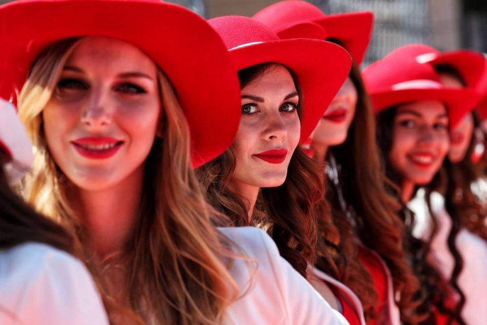 Lần cuối nhìn lại những bức ảnh đẹp nhất về dàn người mẫu đường đua F1 2017 - 32