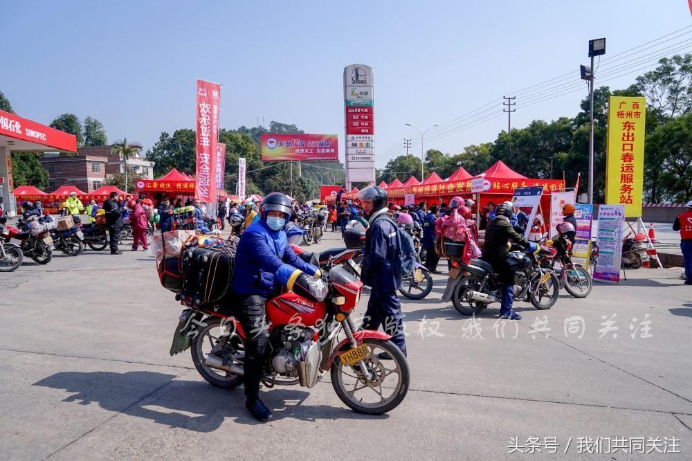 Dàn mô tô xuất hiện trên đường Xuân Vận ở Trung Quốc