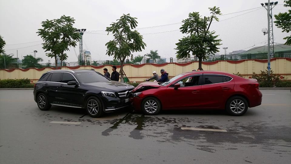 Tai nạn Mazda3 và Mercedes-Benz GLC300