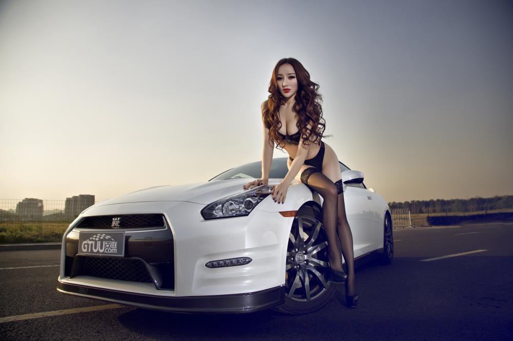 Rửa mắt cuối tuần với người mẫu gợi cảm bên chiếc Nissan GT-R