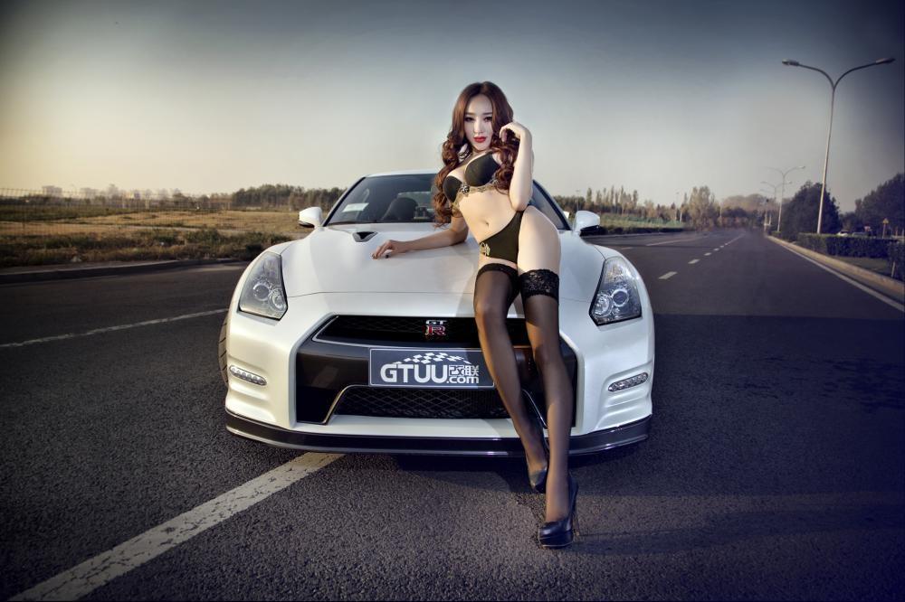 Rửa mắt cuối tuần với người mẫu gợi cảm bên chiếc Nissan GT-R - 3